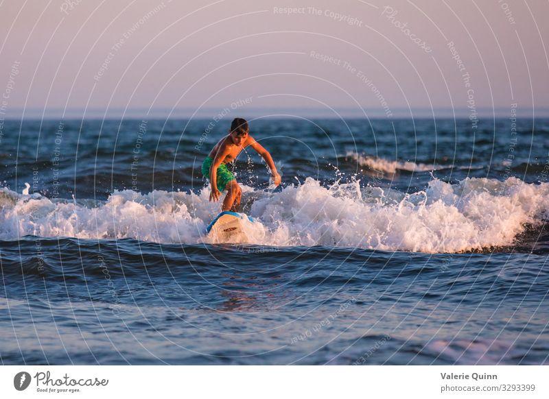 Surfen lernen Ferien & Urlaub & Reisen Sommer Sommerurlaub Strand Meer Wellen Surfbrett Junge 1 Mensch 8-13 Jahre Kind Kindheit Badehose Freizeit & Hobby
