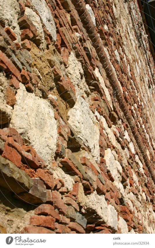 Mauerwerk alt rot Haus Wand Mauer Stein Fassade dreckig Perspektive verfallen Backstein historisch Altstadt