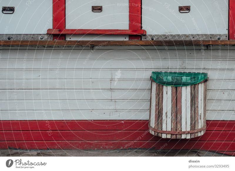 Kiosk Frankfurt am Main Stadt Menschenleer Fassade Holzfassade Müllbehälter alt trashig Handel Einzelhandel Leerstand geschlossen Farbfoto Außenaufnahme Tag