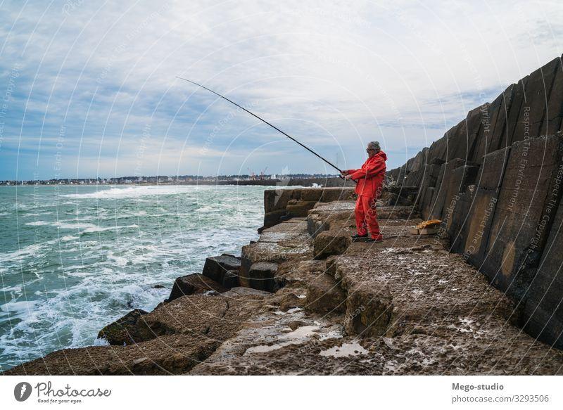Ein alter Mann, der im Meer fischt. Lifestyle Glück Erholung Freizeit & Hobby Spielen Ferien & Urlaub & Reisen Sport Ruhestand Mensch Erwachsene