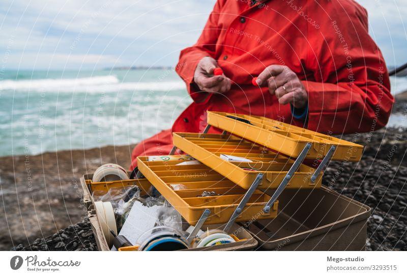 Fischer mit Angelausrüstungskiste. Köder MEER Mann Fischen Meer Urlaub Freizeit Feiertag Lifestyle männlich Stadtteil Aktivität Erwachsener Blick im Freien