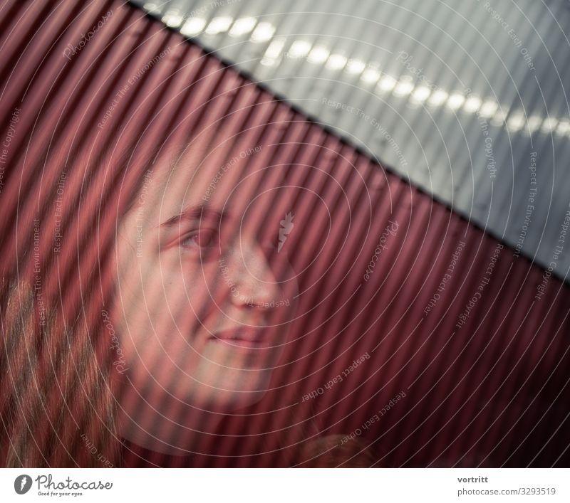 Portrait Junge Frau mit grafischer Spiegelung Porträt Spiegleung Grafische Darstellung Raster Gedeckte Farben Reflektion Seitenansicht hübsch stark Fröhlichkeit