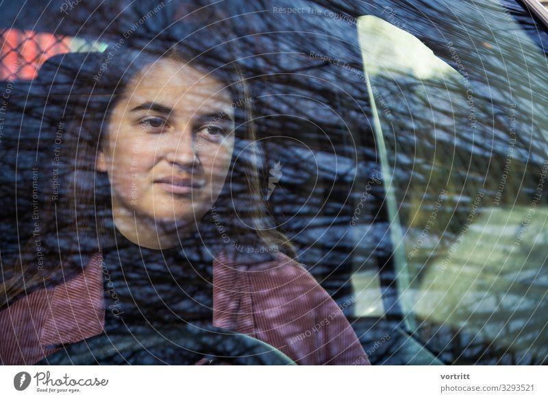 Behind Baum Leben PKW fahren Frau Lenkrad Reflexion & Spiegelung Fenster Junge Frau Farbfoto Außenaufnahme Strukturen & Formen Blick