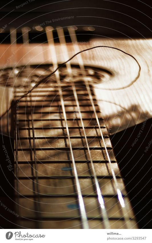 Der Saitensprung - wenn die Laute leise wird. Musik Musikinstrument Saiteninstrumente Griffbrett kaputt Nostalgie Detailaufnahme gerissen