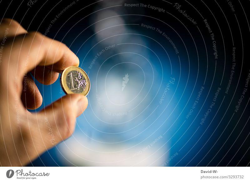 Mensch hält einen Euro € in der Hand Geld sparen Münze Kapitalwirtschaft Geldmünzen Bargeld kaufen Wirtschaft Erfolg Investition bezahlen Nahaufnahme Business