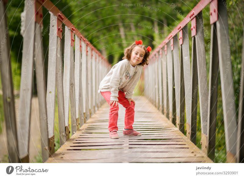 Süßes kleines Mädchen, das Spaß in einer ländlichen Brücke hat. Freude Glück schön Leben Spielen Kind Mensch feminin Baby Frau Erwachsene Kindheit 1 3-8 Jahre