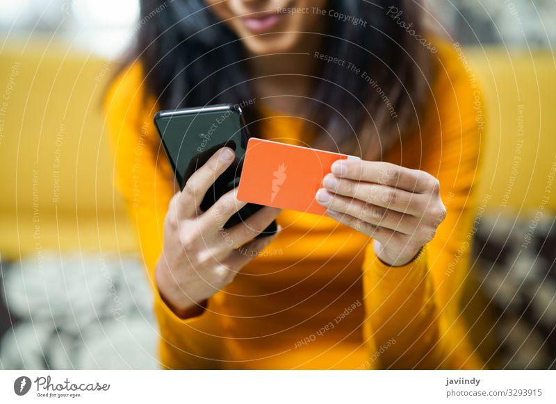 Frau beim Einkaufen mit dem Smartphone und Bezahlung mit der Kreditkarte Lifestyle Geld Dekoration & Verzierung Kapitalwirtschaft Geldinstitut Business Telefon