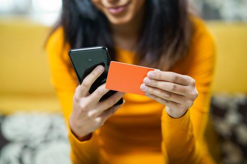Persische Frau beim Online-Shopping mit ihrem Smartphone Lifestyle kaufen Geld Dekoration & Verzierung Kapitalwirtschaft Geldinstitut Business Telefon PDA