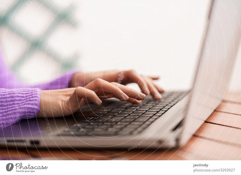 Persische Frau auf ihrem Balkon mit Laptop-Computer Lifestyle Tisch Arbeit & Erwerbstätigkeit Beruf Büro Business Notebook Technik & Technologie Internet Mensch