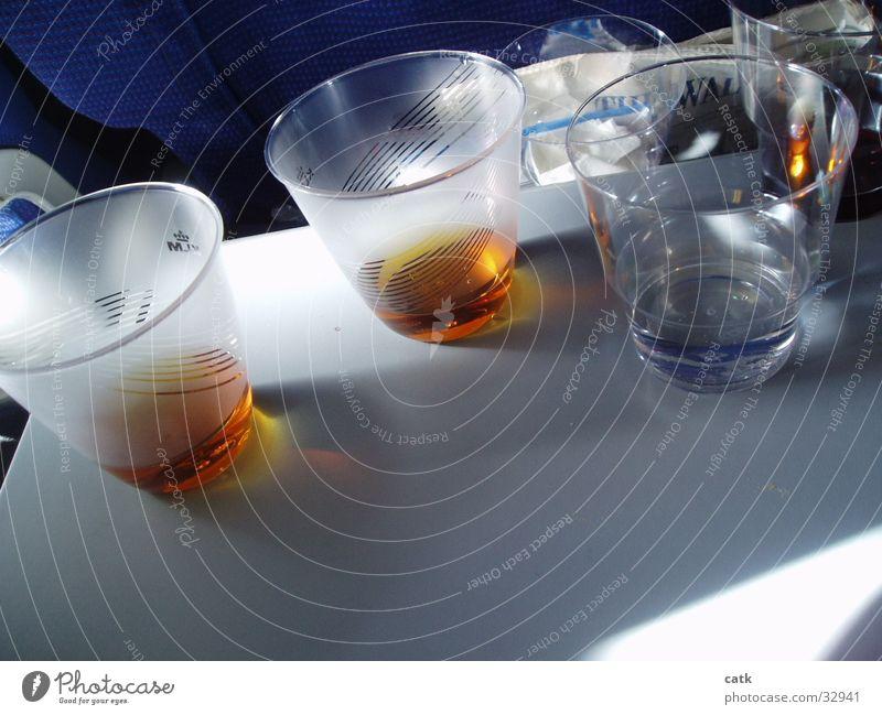 Becherarrangement Flugzeug Whiskey trinken Getränk Alkohol Kunstoff Sitztablett Wasser