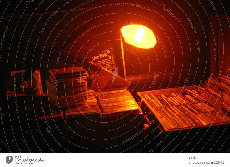 CD Koffer von DJ Heinz Lampe Nachtleben Diskjockey Compact Disc Radio alt Klischee halbdunkel Beleuchtung Farbfoto Innenaufnahme Licht
