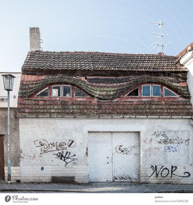 beobachter. Stadt Haus Fenster Architektur Graffiti Wand Mauer Fassade Schriftzeichen Vergänglichkeit beobachten Wandel & Veränderung Dach Bauwerk