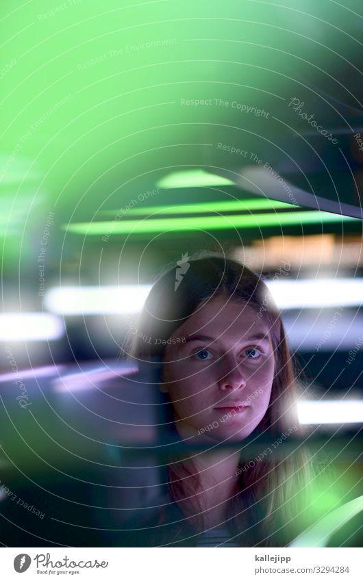 Mädchen schaut in die Kamera bei Neonlicht Computer Notebook Bildschirm Technik & Technologie Unterhaltungselektronik Wissenschaften Fortschritt Zukunft