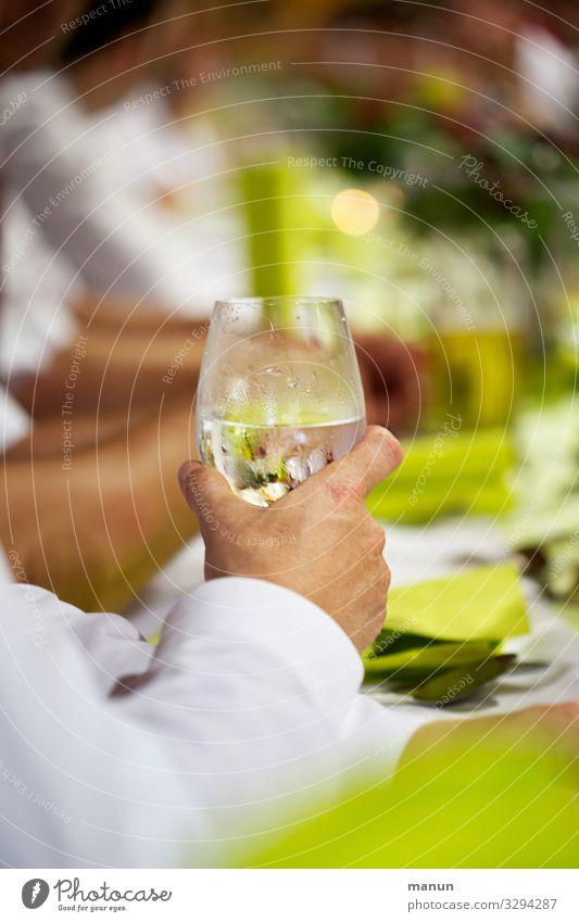glasklar Gesunde Ernährung Hand Gesundheit Lifestyle Erwachsene Leben Feste & Feiern Zusammensein Stimmung maskulin Glas Geburtstag Fröhlichkeit Lebensfreude