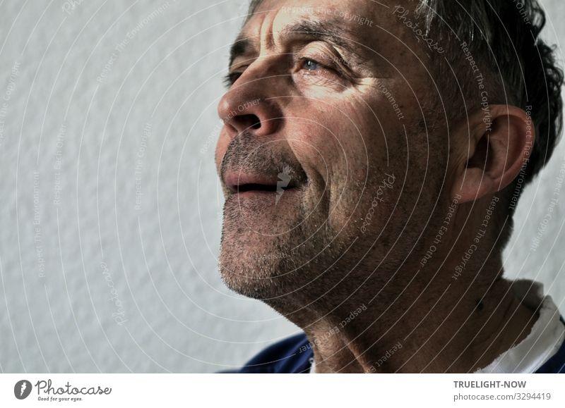 Es gibt doch immer wieder Überraschungen Männlicher Senior Mann Kopf Gesicht 60 und älter beobachten entdecken bedrohlich dunkel gruselig Gefühle