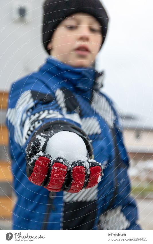 Schneeballschlacht Kind Mensch Ferien & Urlaub & Reisen Freude Winter Leben kalt Junge Spielen Freizeit & Hobby berühren festhalten Mütze Jacke Kindererziehung