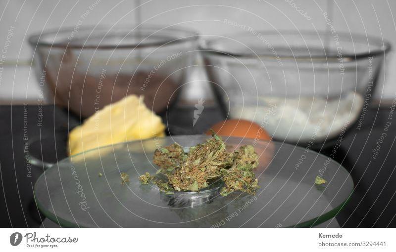 Kochen mit Marihuana. Cannabis Knospen und Zutaten vorbereitet. Lebensmittel Kuchen Dessert Süßwaren Schokolade Ernährung Essen Frühstück Bioprodukte Kakao Topf
