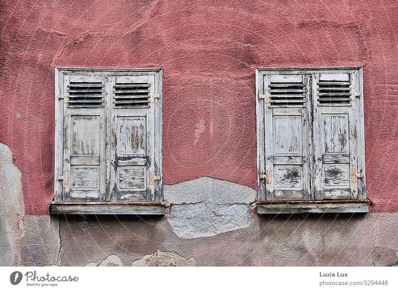 Alte Fenster Stadt Altstadt Haus Gebäude Mauer Wand Fassade alt kaputt grau rosa trist verfallen Fensterladen Gedeckte Farben Außenaufnahme Menschenleer