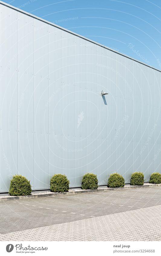Room for ideas Garten Sträucher Grünpflanze Menschenleer Industrieanlage Gebäude Lagerhalle Mauer Wand Fassade Stahl blau silber weiß Pünktlichkeit gewissenhaft