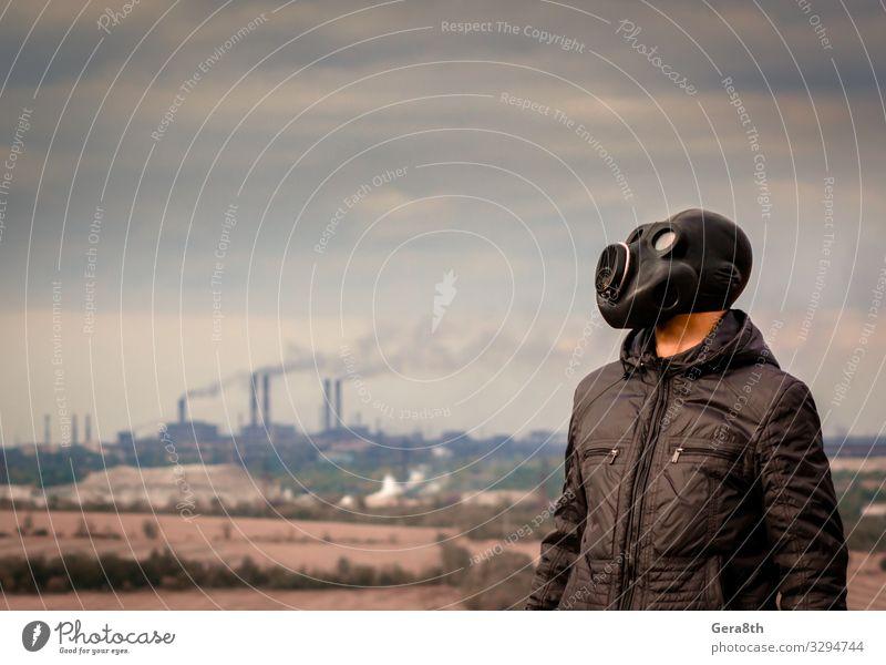Mann mit Gasmaske inmitten des Rauchs aus den Fabrikrohren Industrie Mensch Erwachsene Umwelt Natur Landschaft Pflanze Himmel Wolken Baum Bekleidung bedrohlich