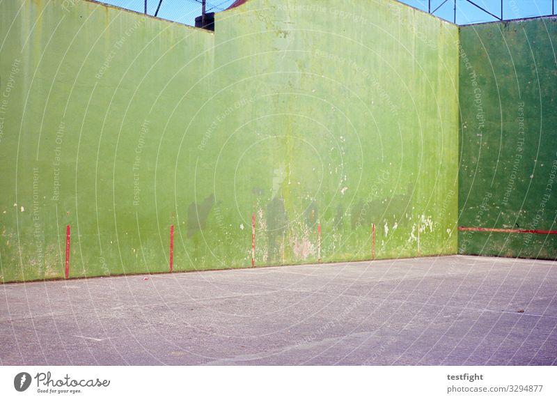 grüne Mauer Dorf Kleinstadt Menschenleer Platz Bauwerk Gebäude Architektur Wand Fassade wenige kahl karg Außenaufnahme Textfreiraum oben Textfreiraum unten