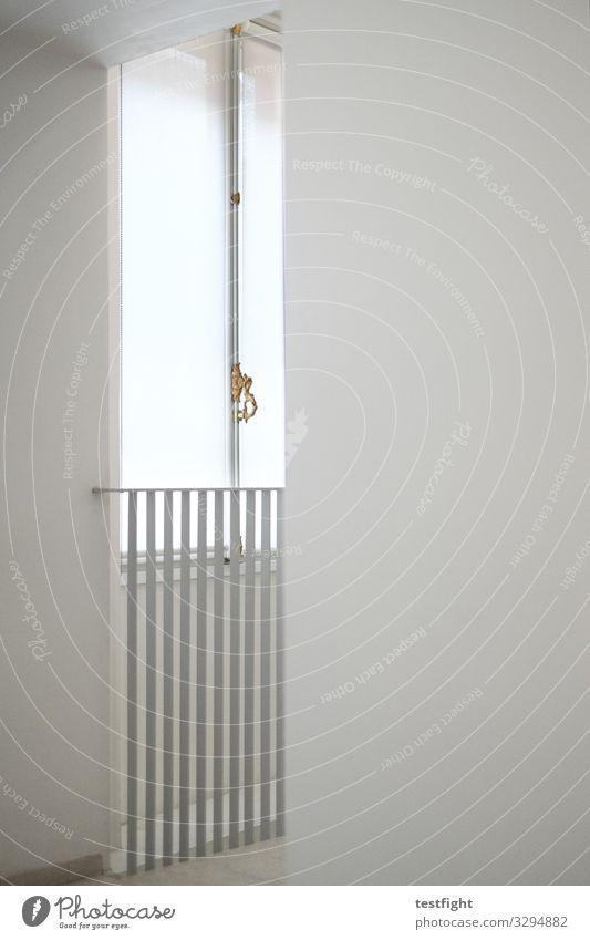 fenster Bauwerk Gebäude Mauer Wand Fassade gold grau weiß Geländer Fenster Griff Raum Farbfoto Innenaufnahme Textfreiraum rechts