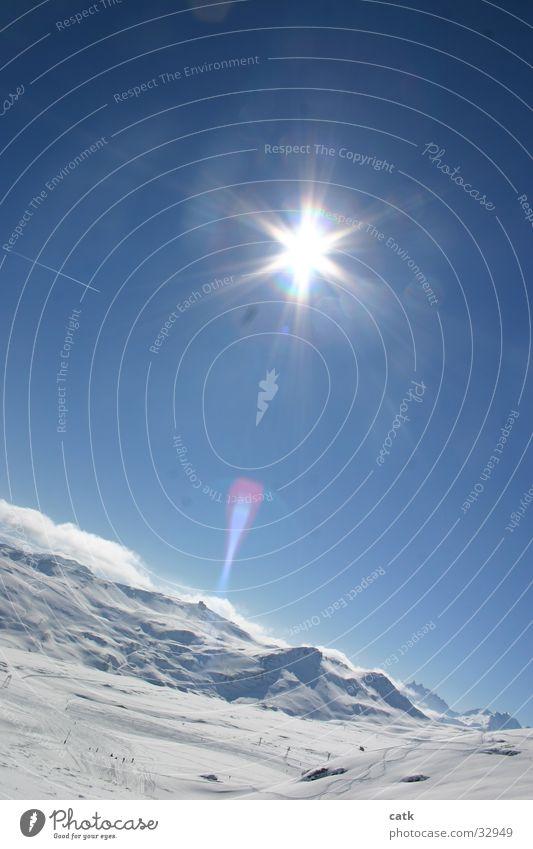 Berg im Gegenlicht blau weiß Sonne Winter Landschaft kalt Berge u. Gebirge Schnee Skifahren Schönes Wetter Alpen Gipfel Schweiz Schneebedeckte Gipfel Wolkenloser Himmel Wintersport