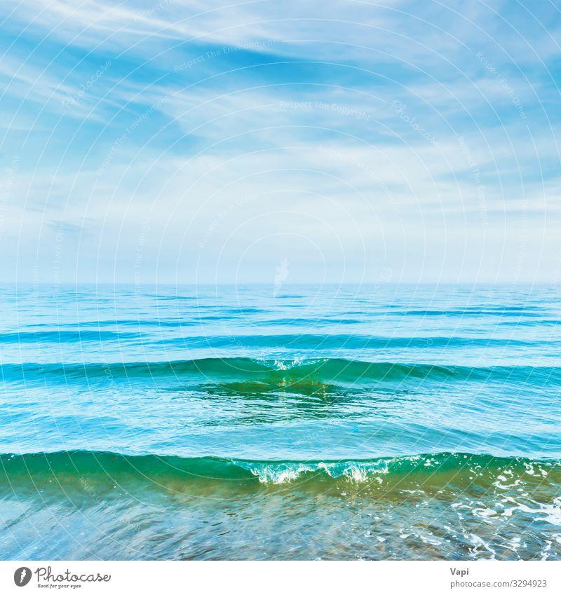 Blaues Meerwasser mit Wellen schön Ferien & Urlaub & Reisen Sommer Sonne Strand Umwelt Natur Landschaft Wasser Himmel Wolken Horizont Sonnenlicht Frühling