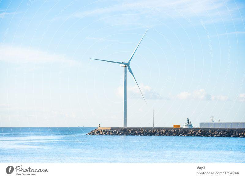 Windmühle am Rand des Wellenbrechers Meer Energiewirtschaft Windkraftanlage Umwelt Natur Landschaft Himmel Wolken Horizont Küste blau grün schwarz weiß Buhne