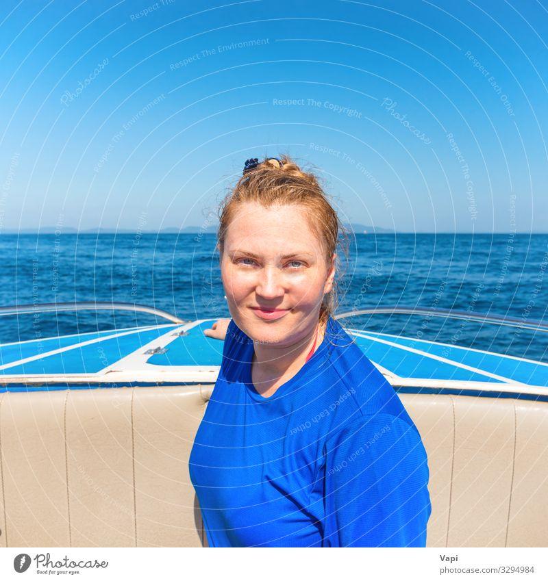 Junge Frau an der Spitze eines Bootes Lifestyle Freude Glück schön Wellness Erholung Freizeit & Hobby Ferien & Urlaub & Reisen Tourismus Ausflug Abenteuer
