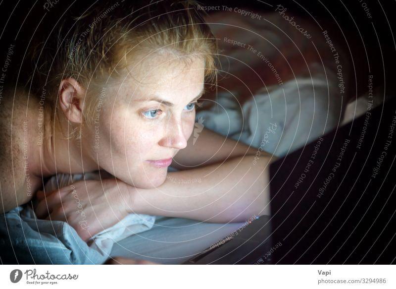Junge Frau mit roten Haaren liegt nachts im Bett Lifestyle kaufen Freude schön Erholung Freizeit & Hobby lesen Computerspiel Häusliches Leben Schlafzimmer