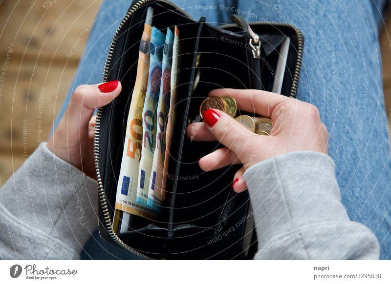Kaufkraft kaufen Reichtum Geld sparen feminin Junge Frau Jugendliche Hand 1 Mensch 18-30 Jahre Erwachsene Portemonnaie bezahlen authentisch reich sparsam