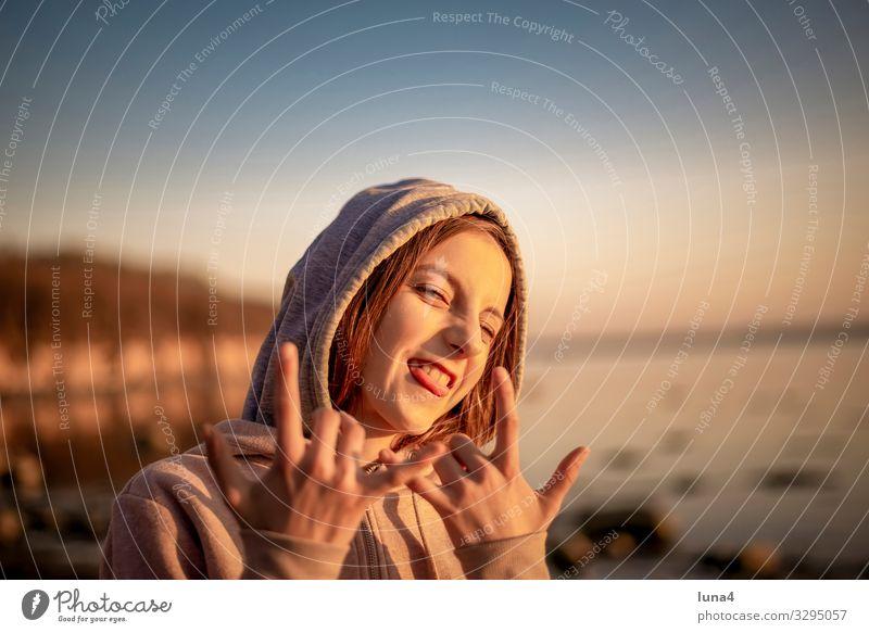 fröhliches Mädchen Freude Glück Zufriedenheit Meer Kind Natur blond langhaarig Zeichen lachen frech Fröhlichkeit positiv Gefühle Hoffnung teenager gestikulieren