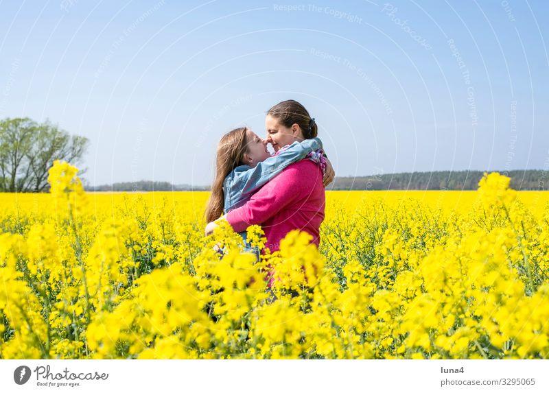 Mutter und Tochter im Rapsfeld Freude Glück Zufriedenheit Ferien & Urlaub & Reisen Kind Mädchen Erwachsene Familie & Verwandtschaft Natur Frühling blond lachen