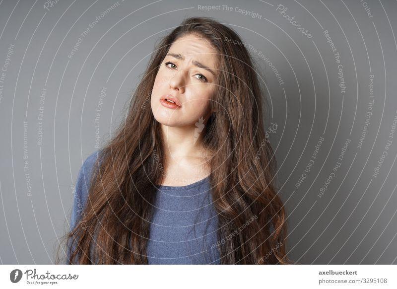 unglücklich traurige junge Frau, die die Stirn runzelt Mensch feminin Junge Frau Jugendliche Erwachsene 1 18-30 Jahre Pullover brünett langhaarig Traurigkeit