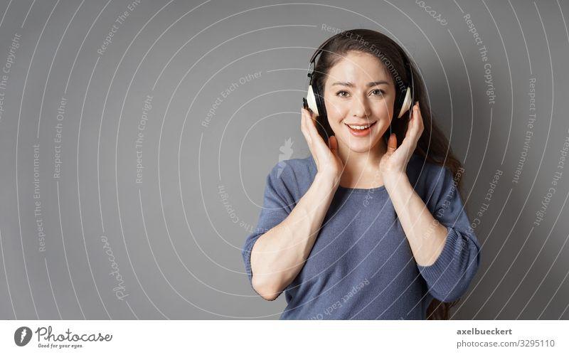 junge Frau mit kabellosen Kopfhörern Lifestyle Freizeit & Hobby Entertainment Musik Technik & Technologie Unterhaltungselektronik Mensch feminin Junge Frau
