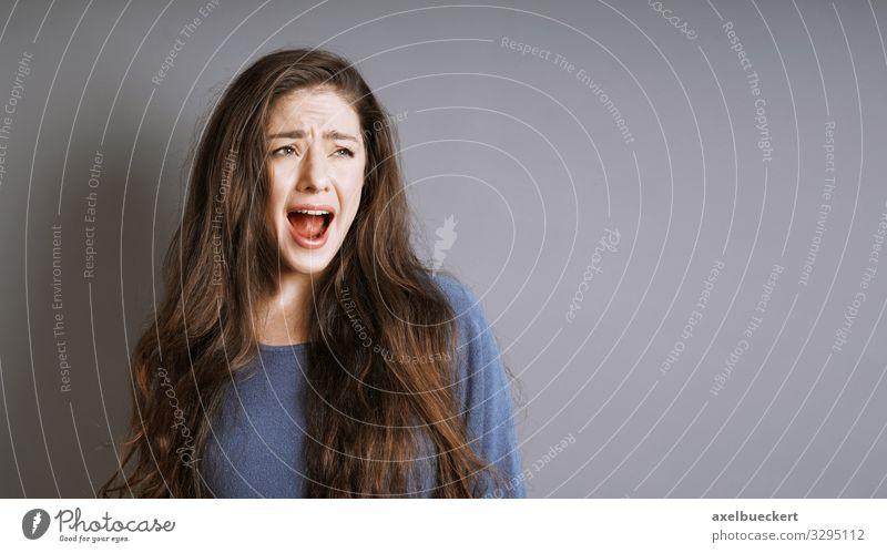 junge Frau schreit Lifestyle Mensch feminin Junge Frau Jugendliche Erwachsene 1 18-30 Jahre brünett langhaarig schreien verrückt Wut Gefühle Angst Entsetzen
