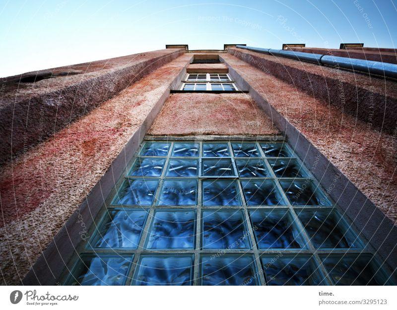 Halswirbelsäulentraining (30) Himmel Schönes Wetter Haus Industrieanlage Fabrik Mauer Wand Fassade Fenster Dach Fallrohr Glasbaustein Stein historisch hoch