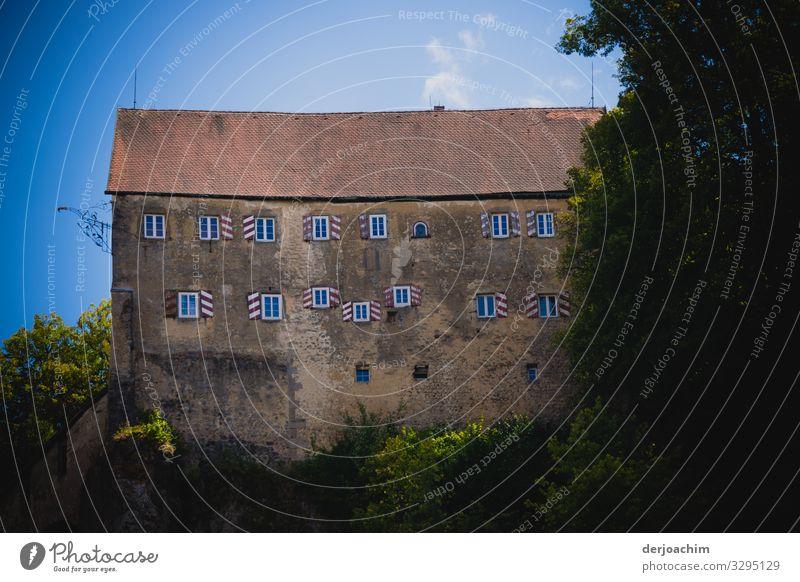 Alte Burg. Burg Pottenstein. Malerisch im leichten Rot, auf einem Hügel. Kleine Fenster  und rote Ziegeln. Design Traumhaus Umwelt Sommer Schönes Wetter