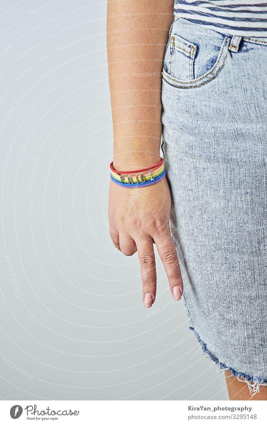 Weibliche Handfläche mit V-Zeichen mit Regenbogenarmband Lifestyle Glück Freiheit Feste & Feiern Mensch Homosexualität Frau Erwachsene Arme Hinweisschild