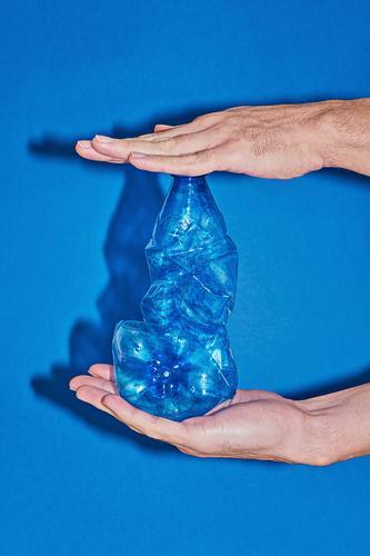 blau Hand Meer Strand Lifestyle Umwelt frei kaufen Industrie einfach Kunststoff Müll Flasche Verpackung ökologisch Entwurf