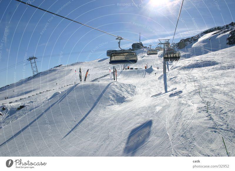 Im Skilift Himmel Ferien & Urlaub & Reisen Sonne Berge u. Gebirge Skifahren Schönes Wetter fahren Gipfel Schneebedeckte Gipfel Wolkenloser Himmel Wintersport Skigebiet Skilift Skipiste Sesselbahn Schanze