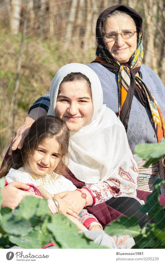 Nahaufnahme eines Porträts von Señor Großmutter mit ihrem Enkelkind Bioprodukte Lifestyle Stil Glück Spielen Ferien & Urlaub & Reisen Garten Kindererziehung