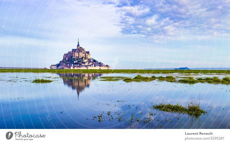 Mont-Saint-Michel reflektierend in blau Ferien & Urlaub & Reisen Tourismus Meer Insel Landschaft Kirche Burg oder Schloss Architektur Denkmal Frankreich Kloster