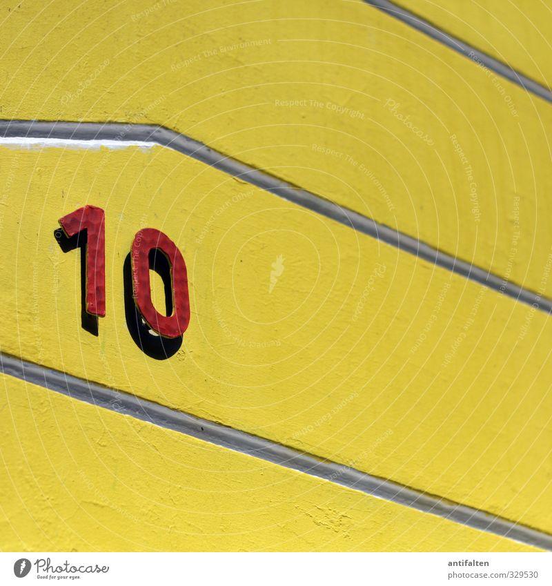 10 Haus Einfamilienhaus Mauer Wand Fassade Beton Metall Stahl Ziffern & Zahlen hängen gelb rot Hausnummer bemalt parallel Grafische Darstellung graphisch
