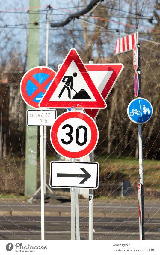 Schilderwald Stadt Verkehr Straßenverkehr Verkehrszeichen Verkehrsschild blau mehrfarbig rot schwarz weiß achtsam Stress Mobilität überblicken übersichtlich