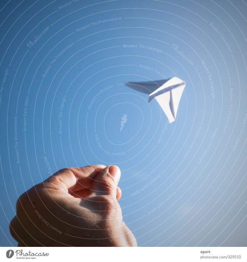 Gute Reise | Have a good trip | Bon voyage blau weiß Hand Freude Ferne Spielen Freiheit Glück fliegen Freizeit & Hobby frei Unendlichkeit werfen Basteln Papierflieger