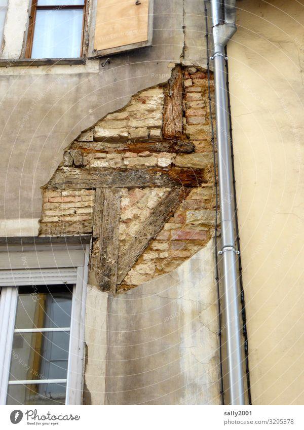 im Innern der Fassade... Haus Ruine Mauer Wand Fenster Abflussrohr alt Originalität Endzeitstimmung Nostalgie Verfall Vergänglichkeit Zerstörung Fachwerkfassade