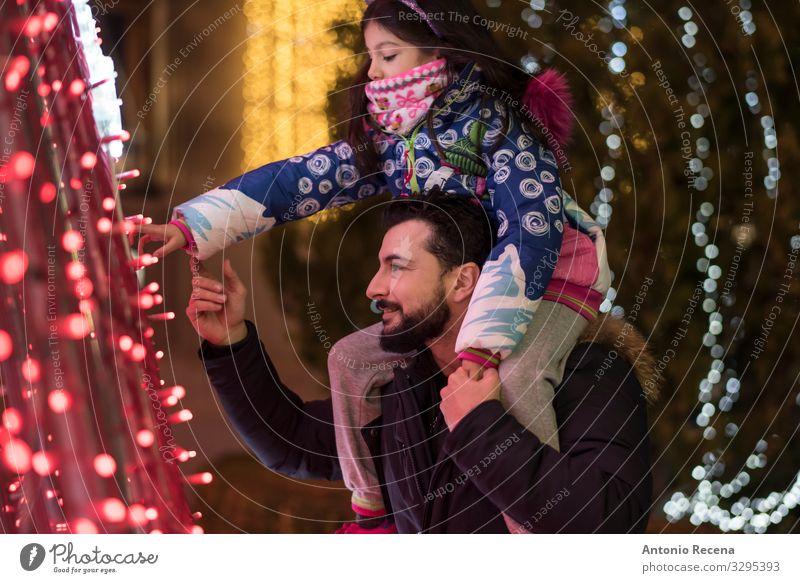 Sehen Sie sich die Lichter an! Lifestyle Winter Dekoration & Verzierung Kind Mensch Mann Erwachsene Vater Familie & Verwandtschaft Baum berühren tragen
