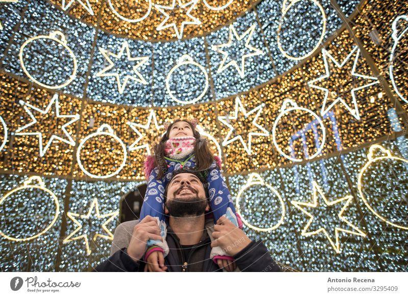 Vater und Tochter Weihnachten Winter Dekoration & Verzierung Kind Mensch Mann Erwachsene Familie & Verwandtschaft Baum Lächeln tragen Zusammensein Großstadt